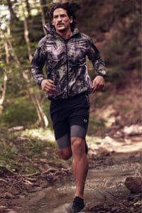 8bde28673 Elegir bien la ropa deportiva de running para hombre empieza por considerar  las mejores marcas y sus últimas innovaciones. Los fabricantes establecidos  te ...
